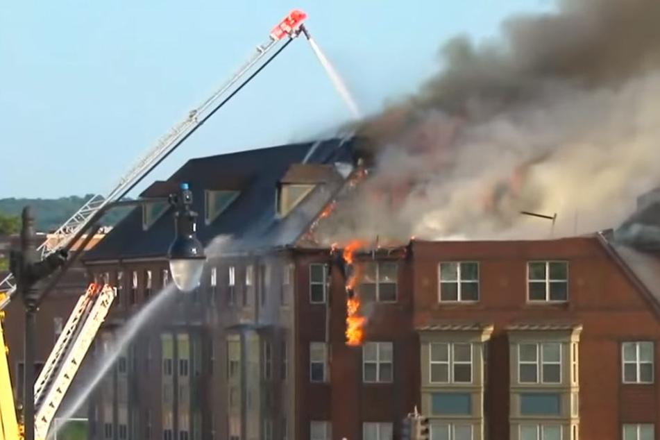 Das Feuer war auf dem Dachboden des Gebäudes ausgebrochen. Es musste evakuiert werden.