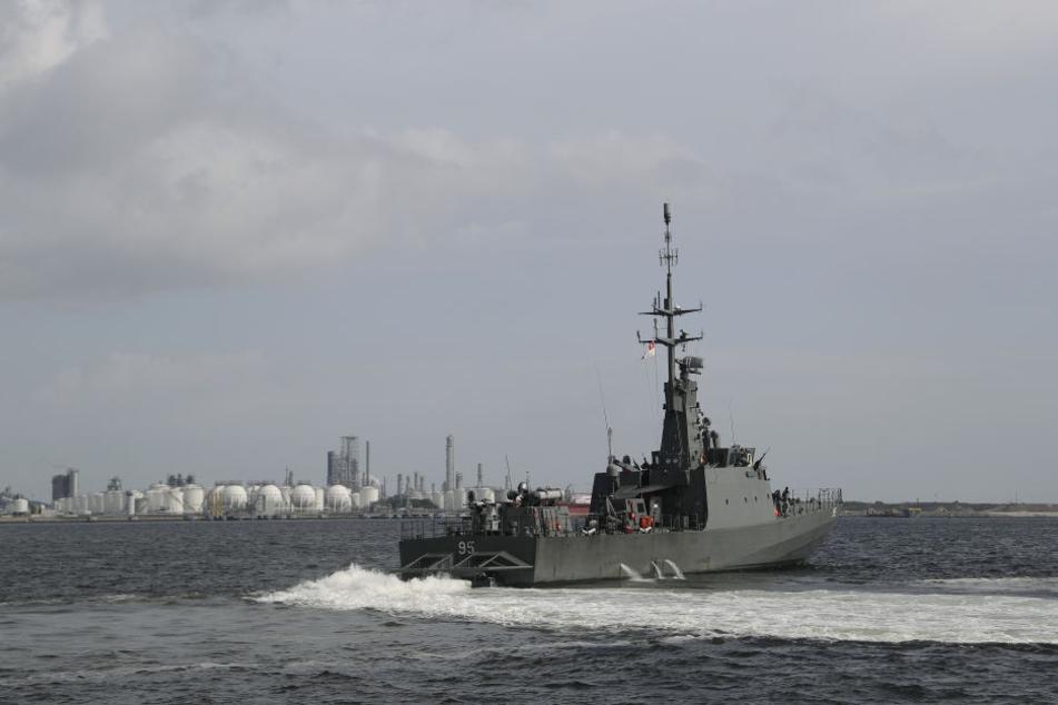 Die RSS Brave der singapurischen Marine bricht in der Nähe des Marinestützpunktes in Tuas (Singapur) zu einer Such- und Rettungsmission auf.