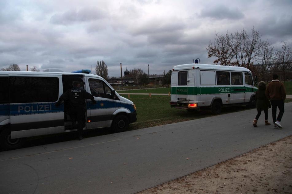 Die Polizei zeigt Präsenz in einem Berliner Park, um die geltenden Ausgangsbeschränkungen zu kontrollieren. Am Montag sind die Pläne der Bundesregierung für nächtliche Ausgangssperren auf breite Ablehnung im Berliner Abgeordnetenhaus gestoßen.