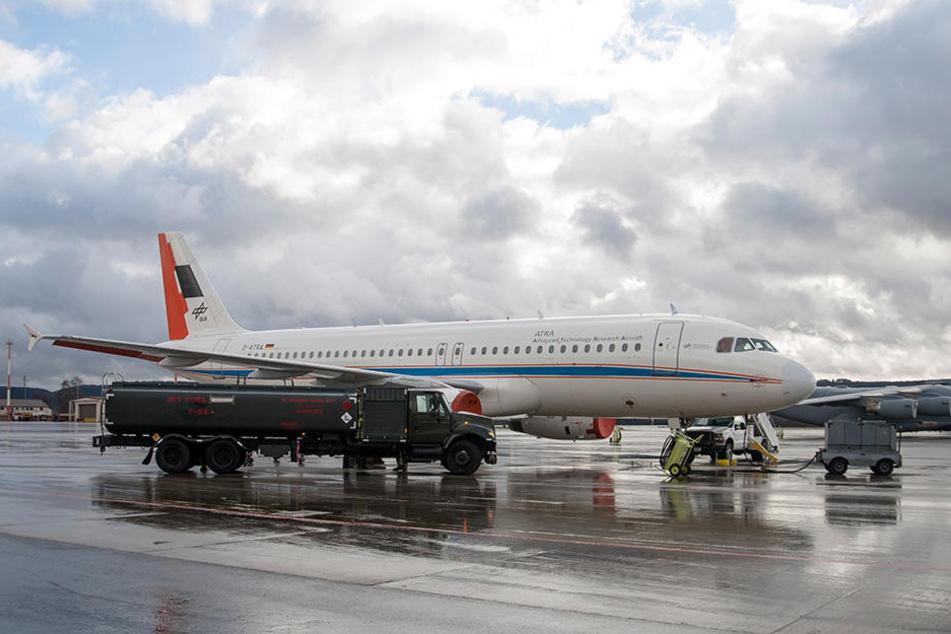Der DLR-Airbus wird während der Test mit unterschiedlichen Treibstoffen betankt.