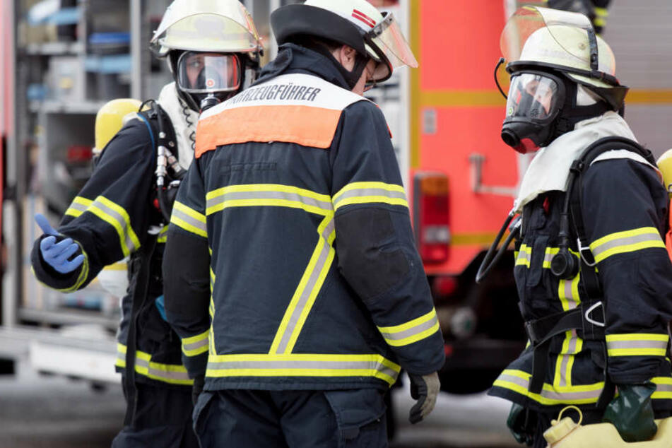 Die Feuerwehr konnte zwei Menschen aus dem Wohnhaus retten. (Symbolbild)
