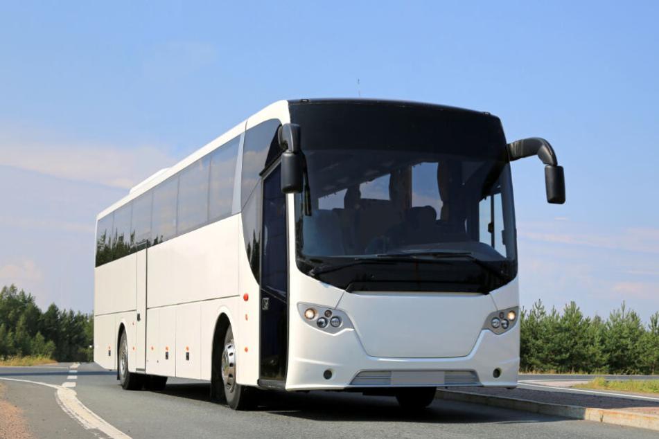 Zoll pfändet Bus, Reisende stehen in der Kälte