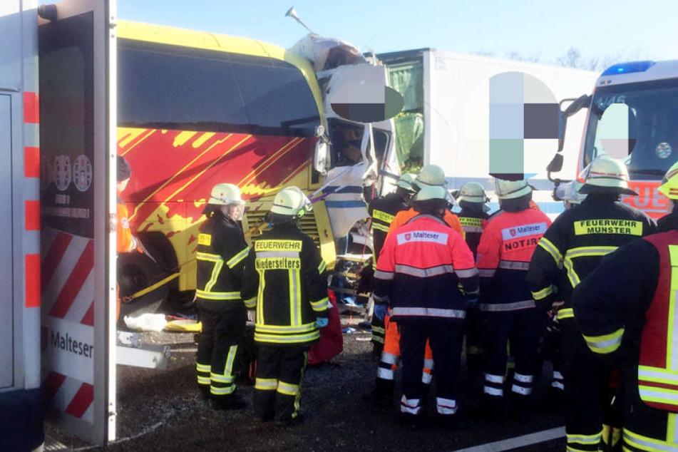 Zwei Tote gab es bei dem Unfall auf der A3. Ein weiterer Lkw-Fahrer schwebt in Lebensgefahr, hinzu kommen mehrere leichtverletzte Personen.