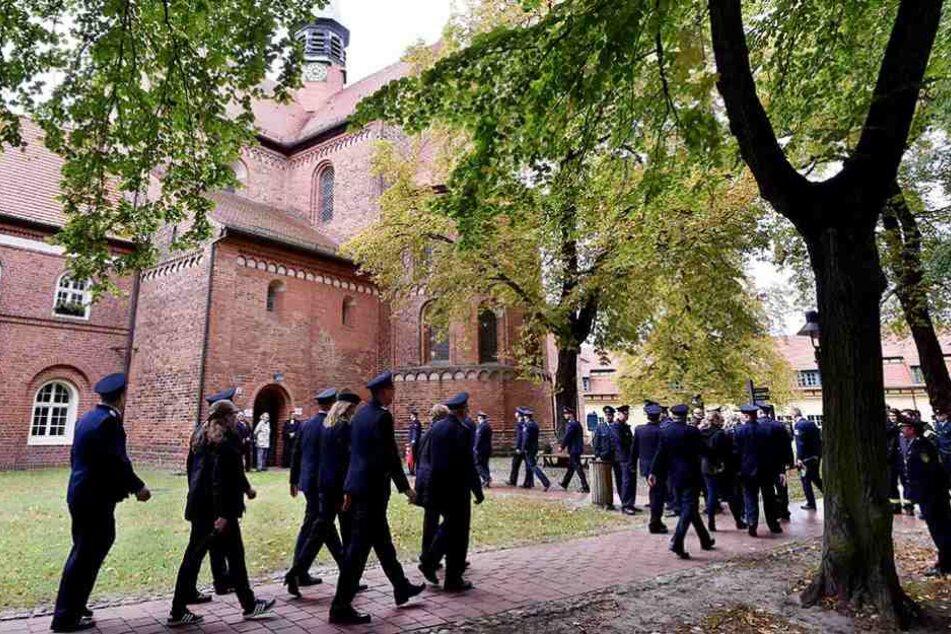 Zu der Trauerfeier waren viele Feuerwehrleute in das Kloster Lehnin gekommen.