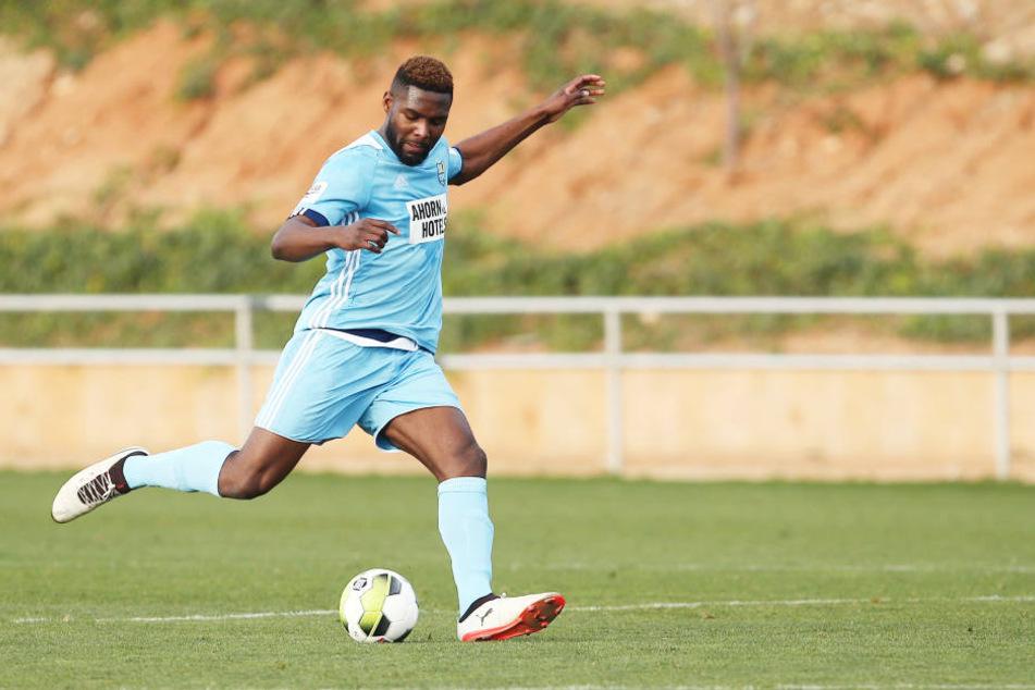 Kraftpaket Emmanuel Mbende am Ball.