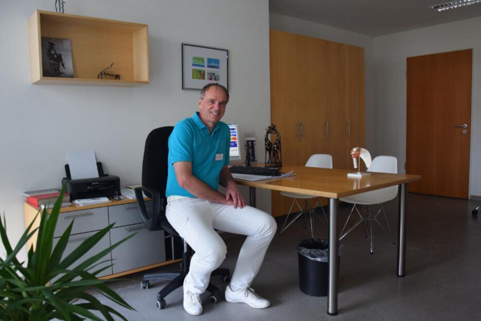 Dr. med Johannes Kolbe in einem Behandlungszimmer der Orthopädischen Klinik Botnang.