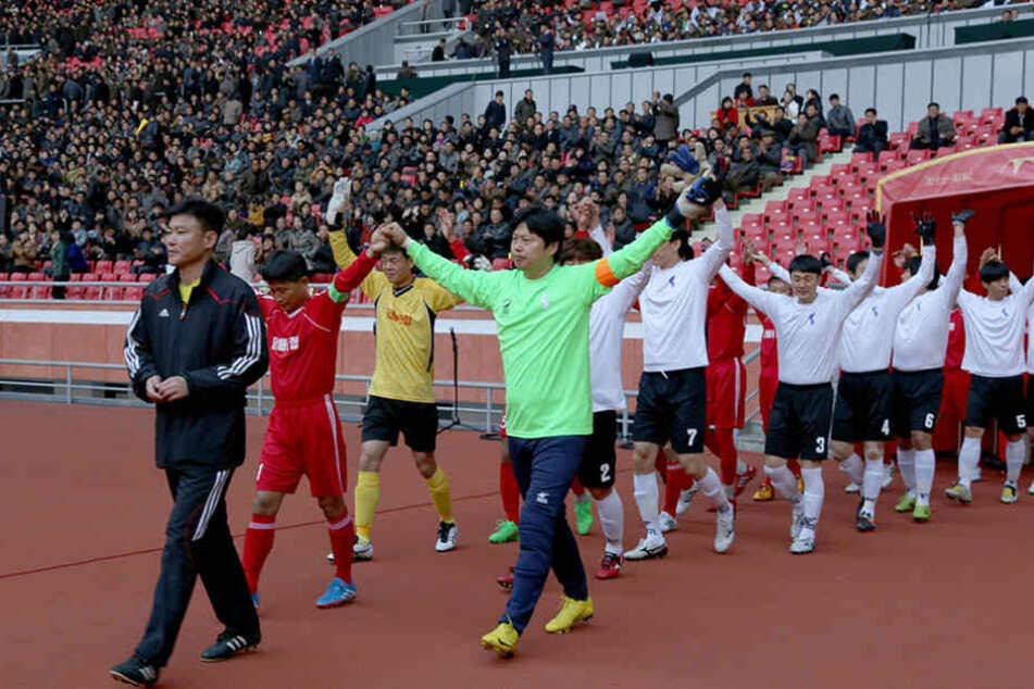 Spielprasxis fehlt den Fußballern Nordkoreas - hier starten Mannschaften eines Arbeiter-Turniers.