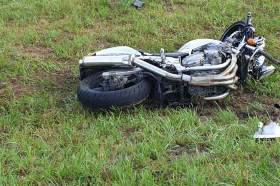 Heftiger Crash! Ford kommt aus Feldweg geschossen und rammt Motorrad