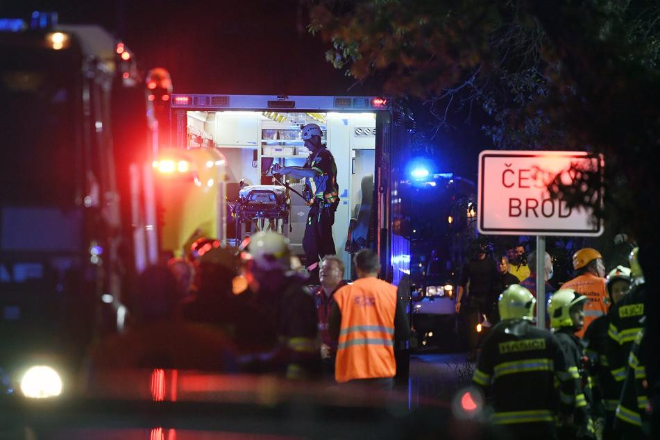 Rettungskräfte sind nach einem Zugunglück im Einsatz.