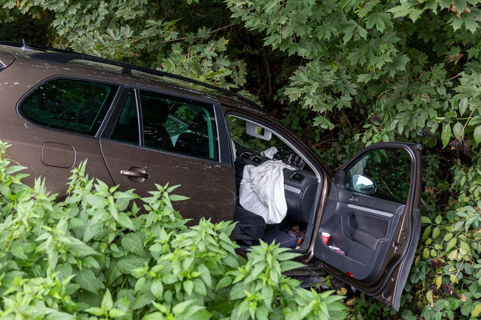 Durch den Aufprall wurde der VW Golf in den Seitengraben geschleudert.