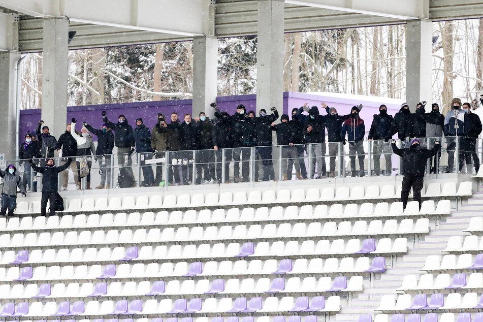 Trotz Zuschauerverbot: Etwa 30 Aue-Fans feuerten am Samstag die Veilchen an.