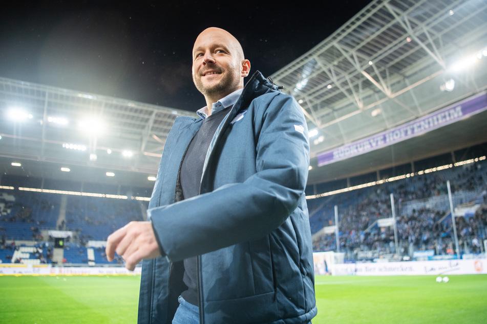 Alexander Rosen, Hoffenheims Direktor Profifussball, geht vor einem Spiel durchs Stadion.
