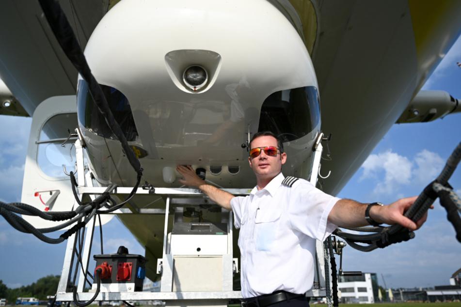 Zeppelin-Pilot Marko Hollerer steht am Zeppelin NT (Neue Technik), bevor es mit Touristen in die Luft geht.