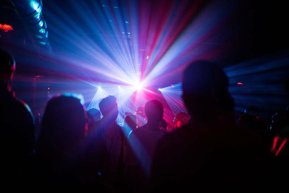 Unter strengen Auflagen dürfen ab Donnerstag in Hessen auch wieder Diskotheken und Clubs öffnen. (Symbolbild)