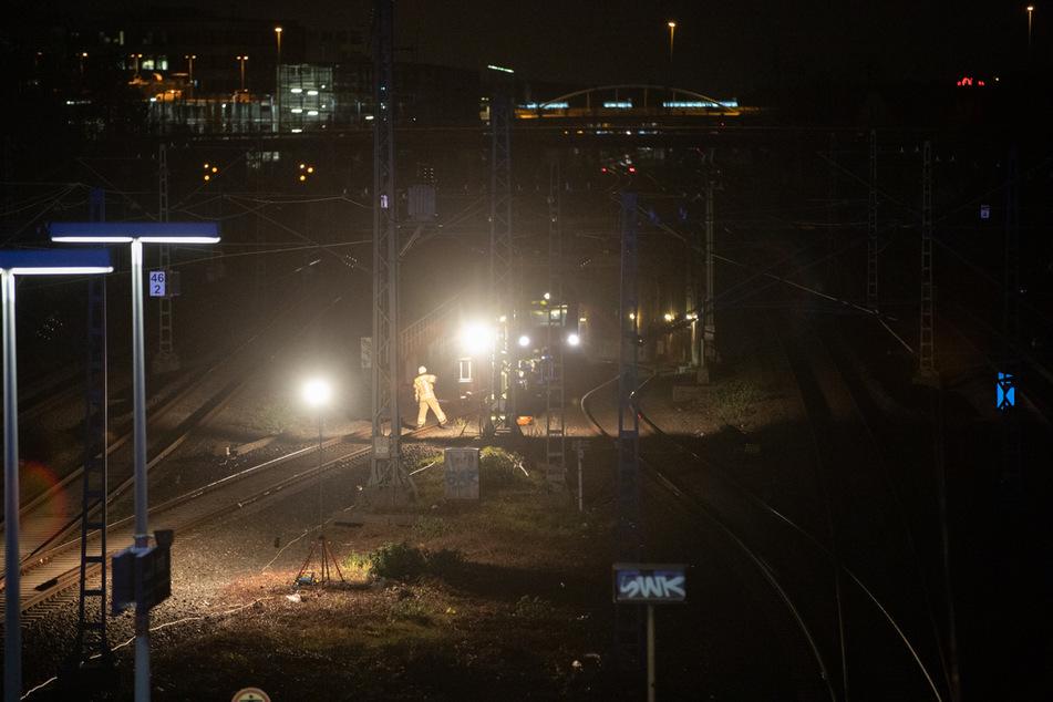 Einsatzkräfte befreiten am Samstagabend 21 Menschen aus einem Zug, der in einer Unterführung in Düsseldorf-Unterrath steckengeblieben war.
