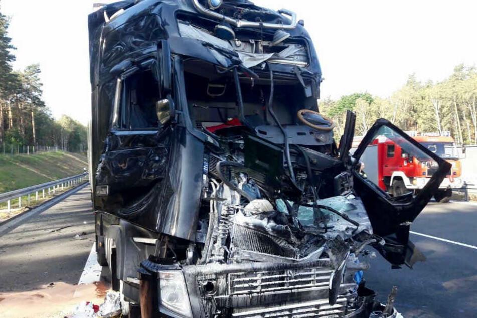 Lastwagen krachen ineinander: Fahrer wird eingeklemmt