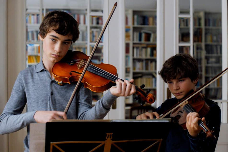 Alexander Paraskevas (l., Ilja Monti) ist Annas Schüler. Deren Sohn Jonas (Serafin Mishiev) ist nicht gerade begeistert, dass sie ihm so viel Aufmerksamkeit schenkt.