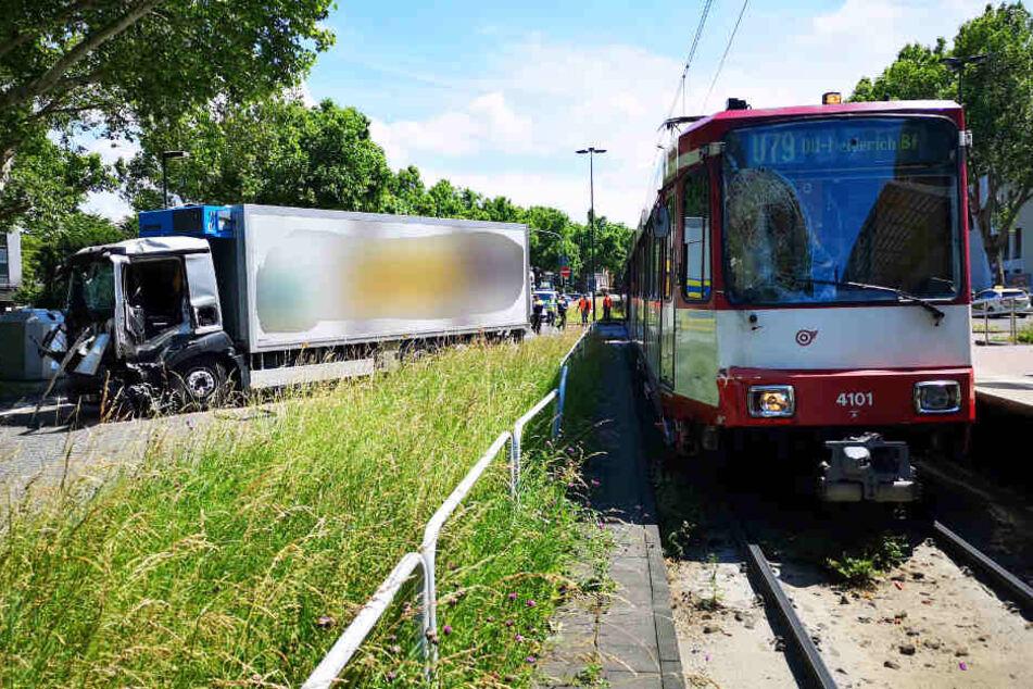 Ein Lkw steht nach einem Unfall mit einer Straßenbahn auf der Straße.