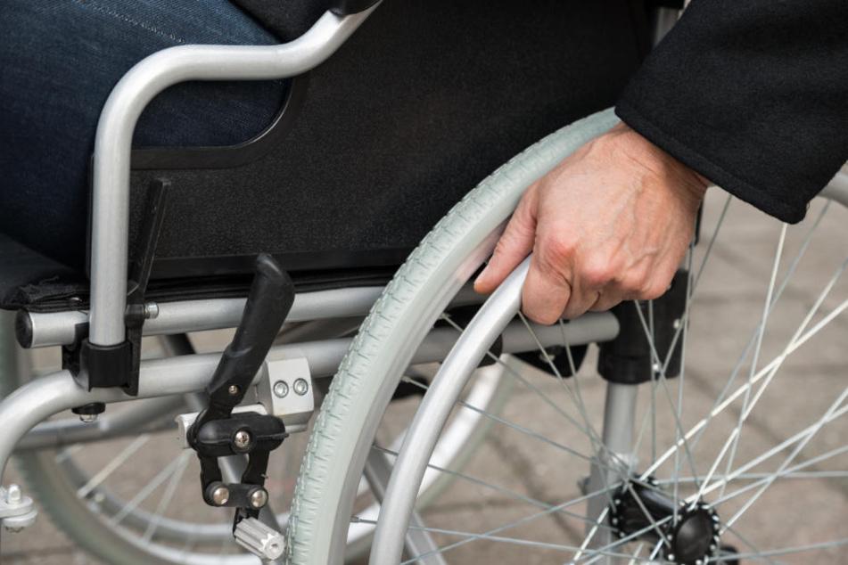 Der Rollstuhlfahrer sah gerade fern, als plötzlich ein unbekannter Mann in seiner Einraumwohnung in Leipzig-Altlindenau stand. (Symbolbild)