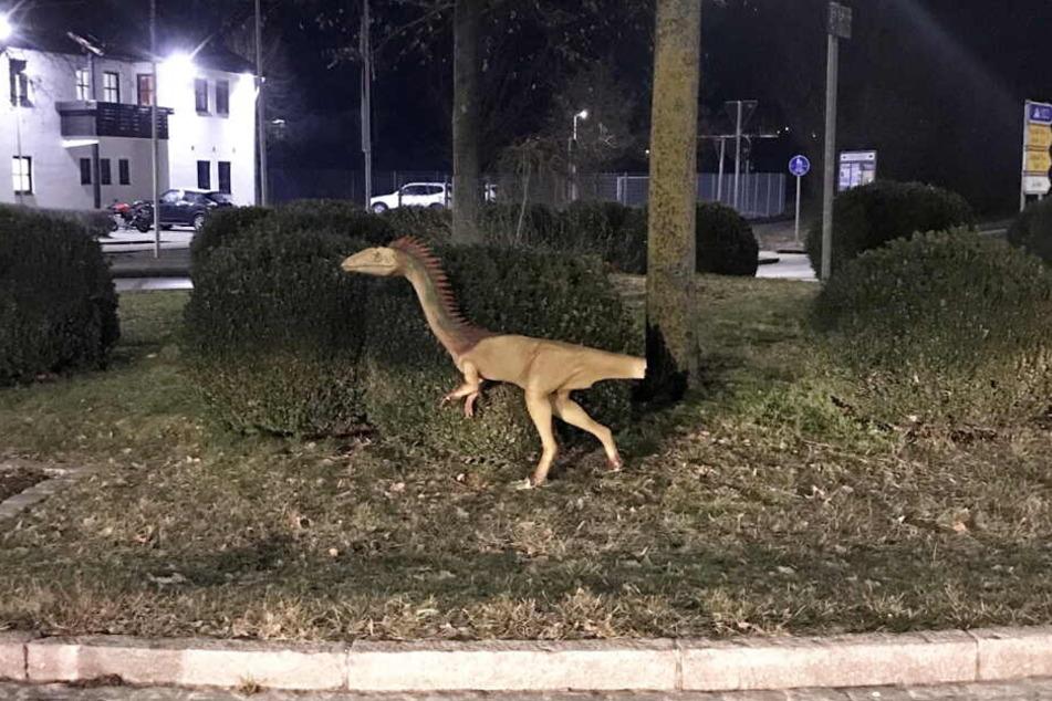 """Das am Schwanz beschädigte Modell eines Dinosauriers """"Coelophysis"""" steht an einem Kreisverkehr im Landkreis Kelheim."""