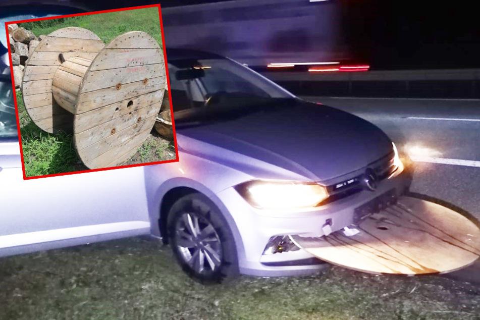 Lkw verliert Kabeltrommel bei voller Fahrt auf A61: VW von Trümmerteilen durchbohrt