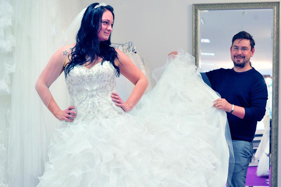 René Frank Georgie hilft Braut Tony Sremplinger bei der Kleidersuche.