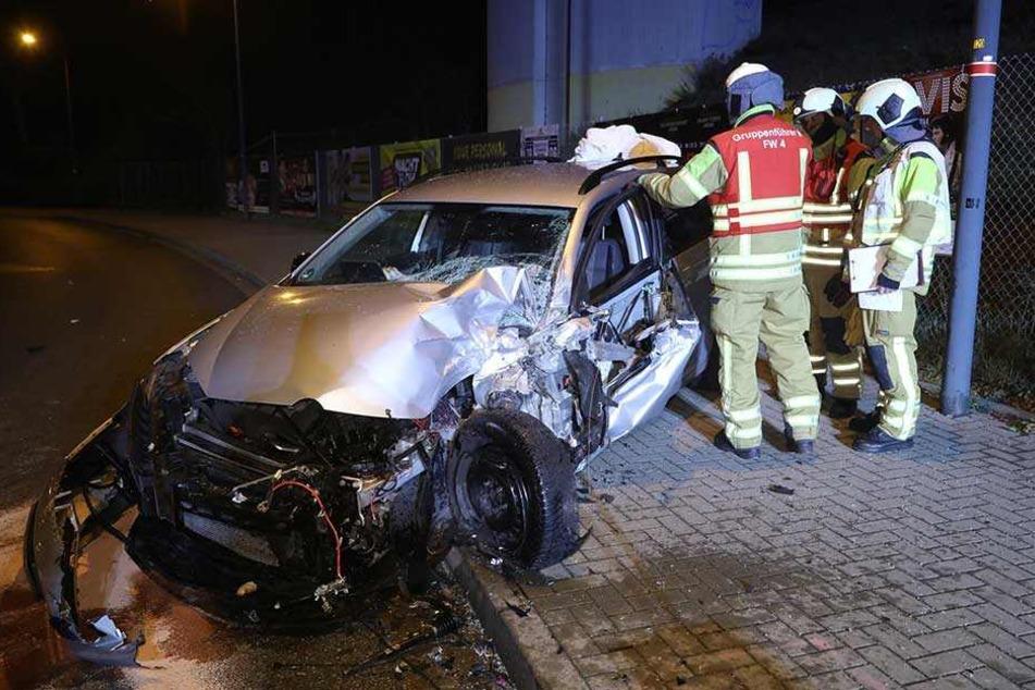 Die Fahrerin des VWs wurde bei dem Unfall verletzt und ins Krankenhaus gebracht.