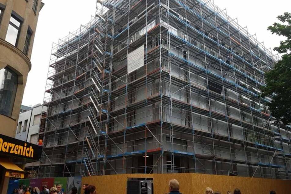 An der Hohen Straße 52 in Köln wird noch gebaut. Bald mietet sich hier Uniqlo ein.