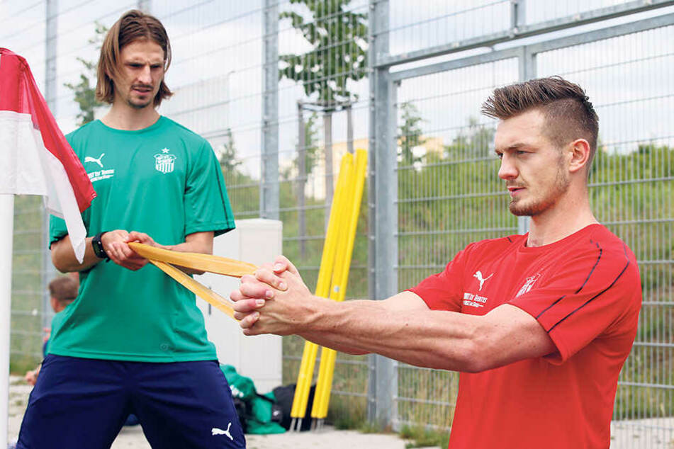 Christoph Rezler (l.) machte auch Alexander Sorge wieder fit.