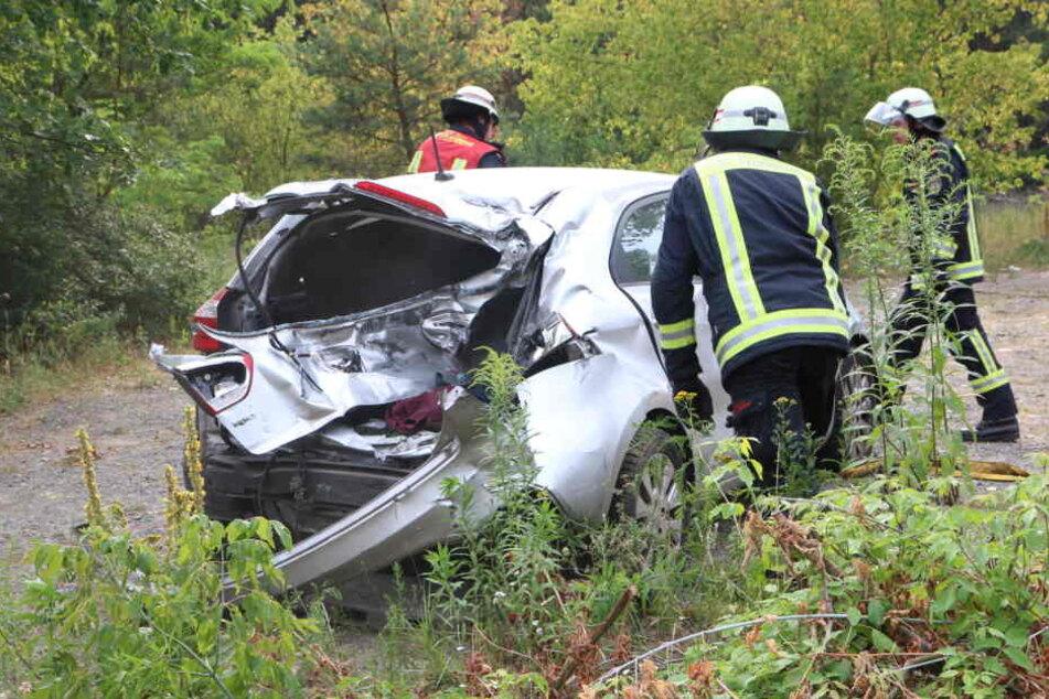 Horror-Unfall mit glücklichem Ende: Güterzug erfasst Auto!
