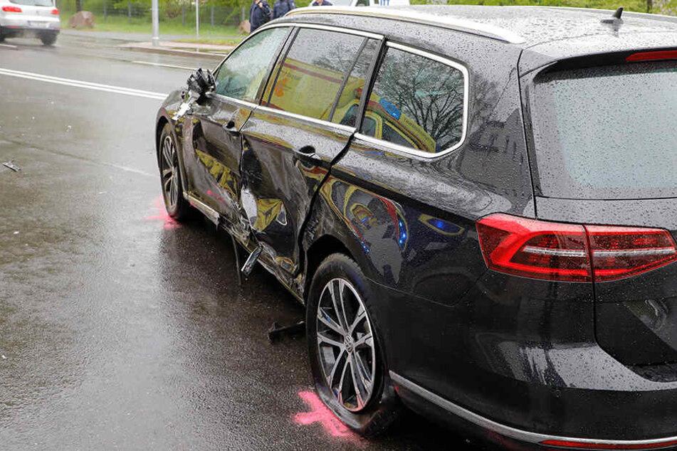 Der Lexus war in einer Kurve in den Gegenverkehr gekommen und dort zunächst mit einem VW kollidiert.