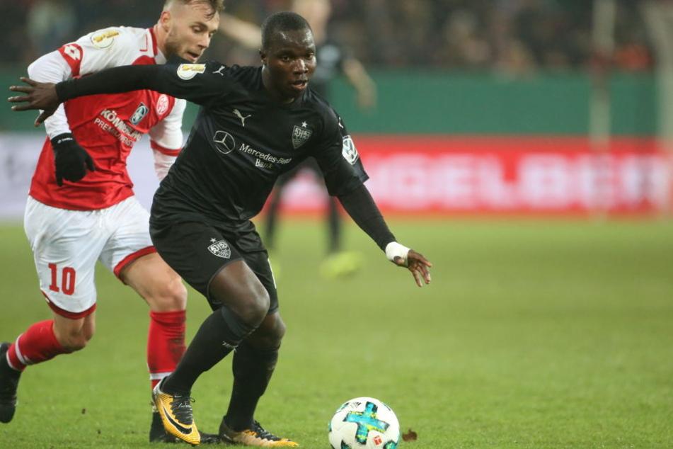 Der Stuttgarter Chadrac Akolo (r). und der Mainzer Alexandru Maxim kämpfen um den Ball.
