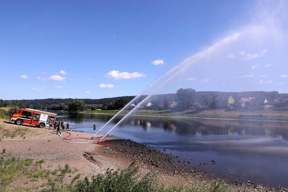 Mit einem spektakulärem Manöver testete die Dresdner Feuerwehr, wie die Nutzung von fließendem Wasser für den Einsatz funktioniert.