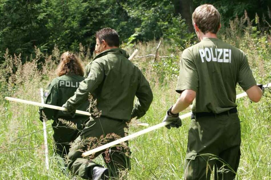 Männer hören Hilferufe aus Waldstück: Polizei mit Hunden und Hubschrauber im Einsatz