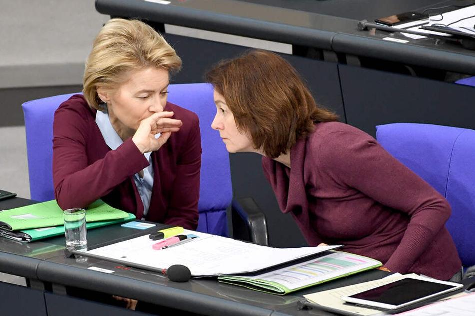 Ursula von der Leyen (CDU, li), Bundesverteidigungsministerin, und Katarina Barley (SPD), Bundesjustizministerin, bei der 83. Sitzung des Bundestags im Februar in Berlin.