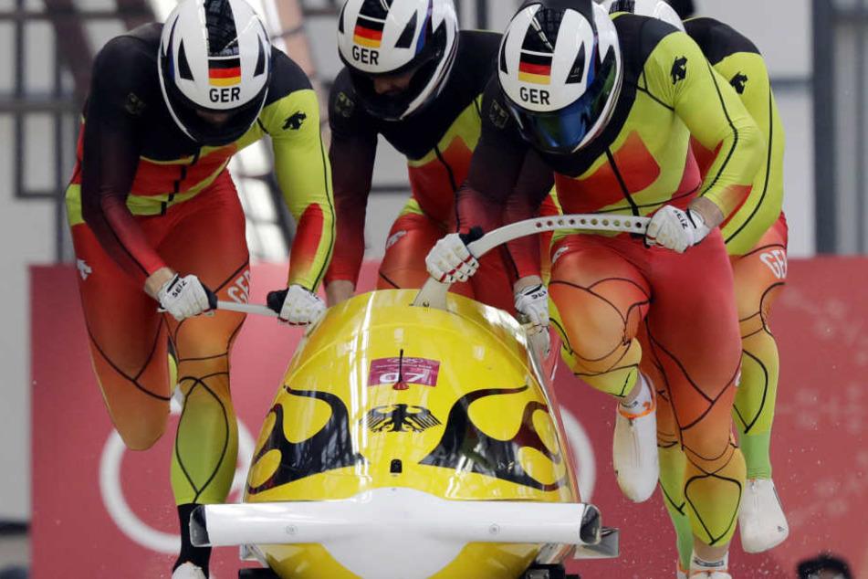 Francesco Friedrich raste mit seinen Anschieben Thorsten Margis, Candy Bauer und Martin Grothkopp zum Olympiasieg.