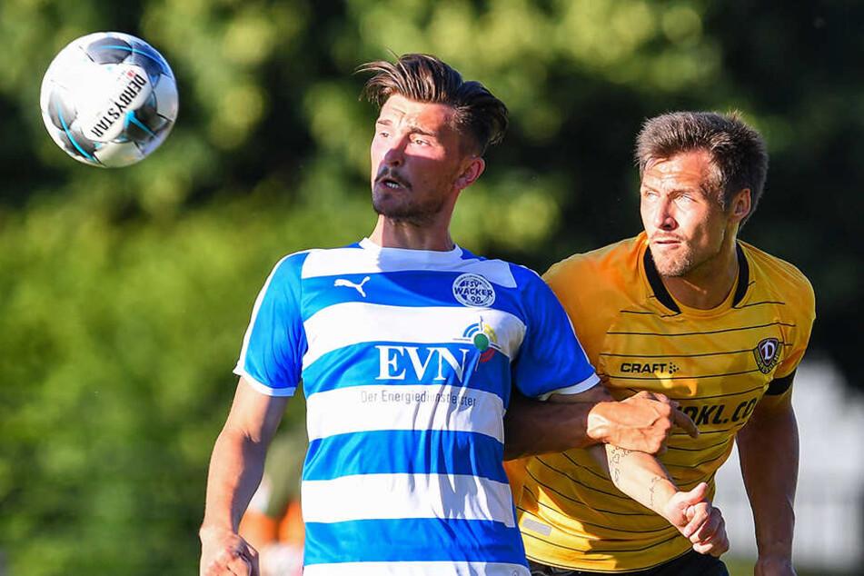 Jetzt ist er ein Veilchen, aber hier in der Saisonvorbereitung gegen den Nordhausener Mateo Andacic trägt Sören Gonther (r.) noch das Dynamo Trikot.