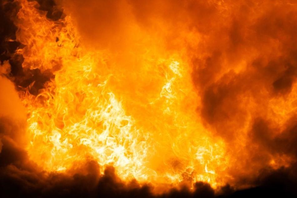 Das 56-jährige Opfer starb in einer brennenden Gartenhütte (Symbolfoto).