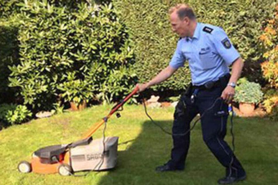 """""""Die letzten fünf Quadratmeter machen wir!"""" Der Chef des Streifenteams schnappte sich den Rasenmäher und machte die Grünfläche zu Ende."""
