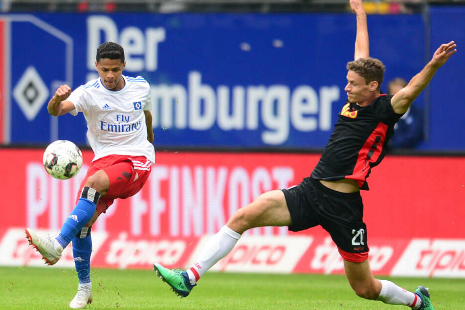 Douglas Santos (rechts) im Hinspiel gegen Regensburg
