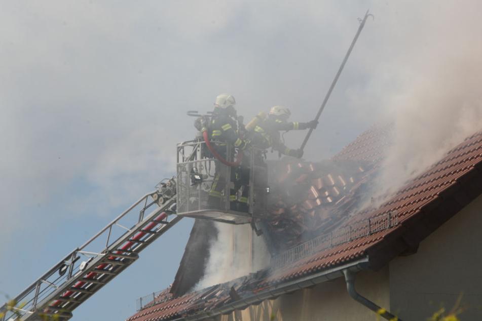 Die Feuerwerhleute musste das Dach aufreissen.