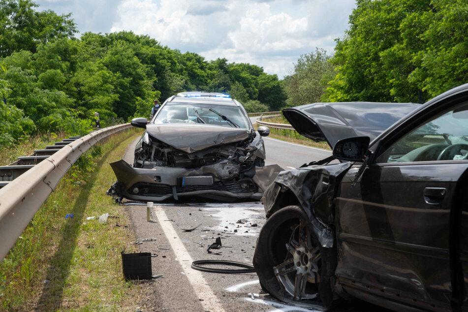 Beide Fahrer wurden bei dem Unfall leicht verletzt. Die Autos waren nicht mehr fahrbereit und mussten abgeschleppt werden.