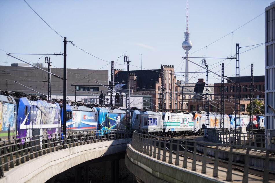 Der Lokzug des Netzwerks Europäischer Eisenbahnen (NEE) fährt bei einer Protestfahrt aus dem Berliner Hauptbahnhof.