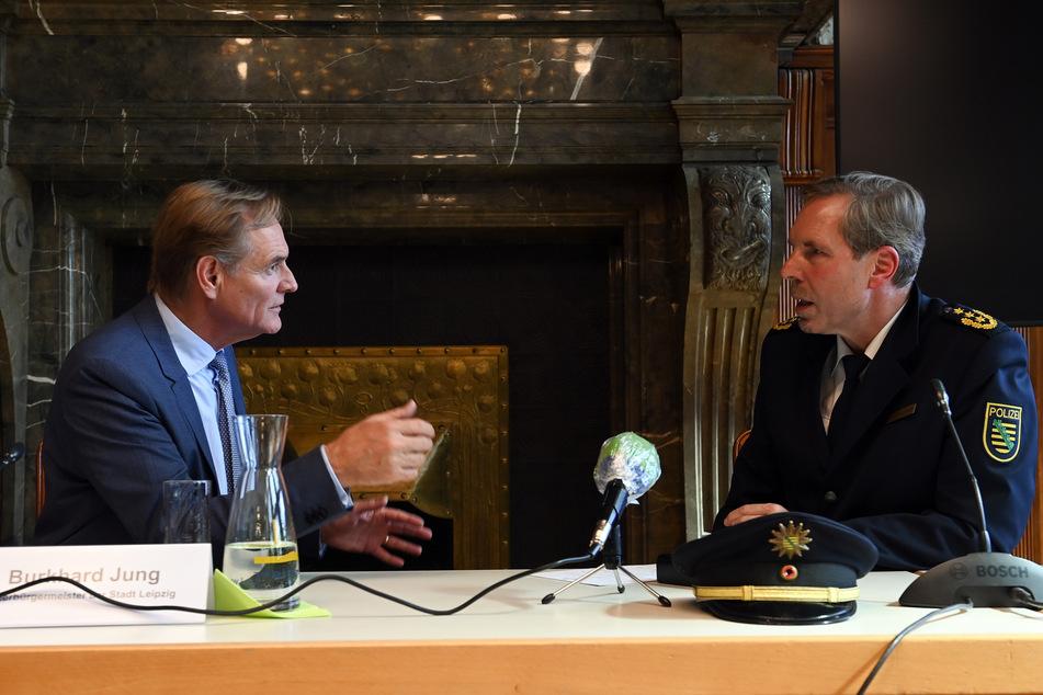 Leipzigs Oberbürgermeister Burkhard Jung (62, SPD, l.) und Polizeipräsident Torsten Schultze (55) am Dienstag auf einer Pressekonferenz im Rathaus.