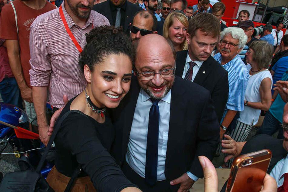 Beim Gang zur Bühne musste Martin Schulz viele Selfies machen.