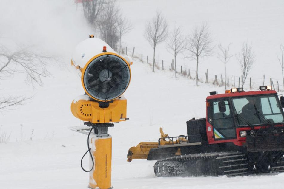 Ohne Schneekanonen, wie hier im Januar 2013 in Willingen, ist Ski-Fahren in Hessen nicht mehr möglich.