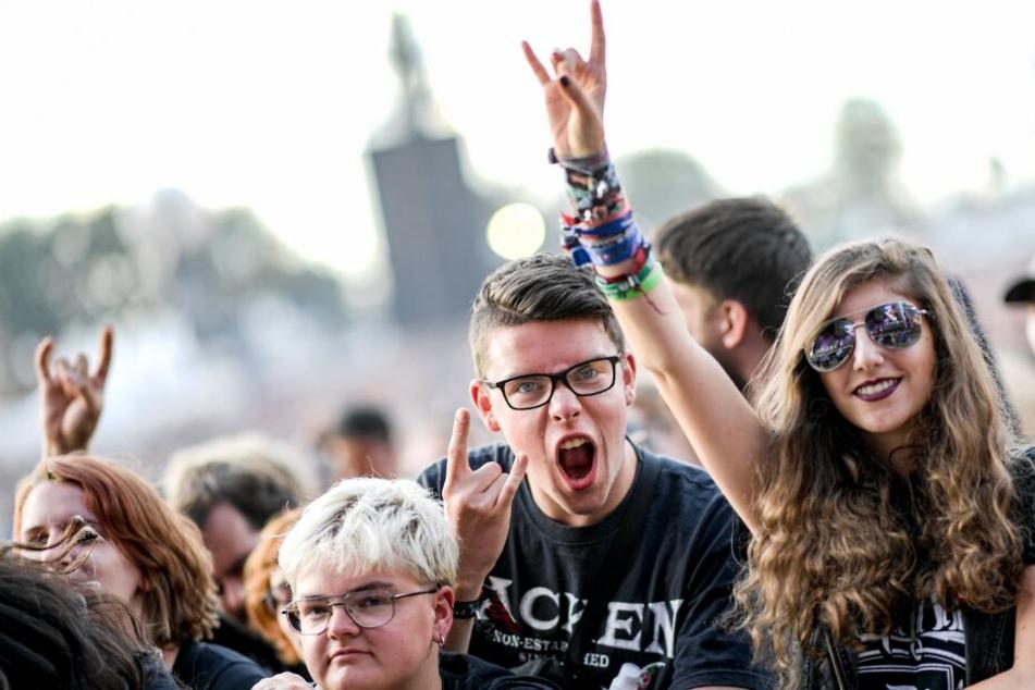 Heavy-Metal Fans feiern beim Wacken Open Air.