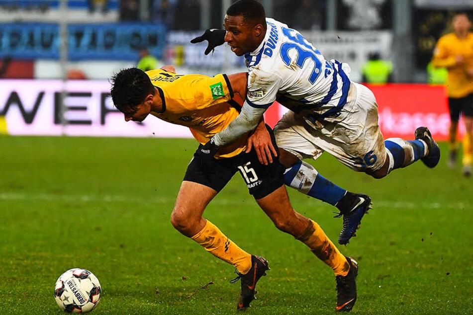 In mehr als 20 Minuten Einsatzzeit hatte Dynamos Youngster Osman Atilgan (l.) bei seinem Zweitliga-Debüt gegen Duisburgs Joseph-Claude Gyau ordentlich zu tun.