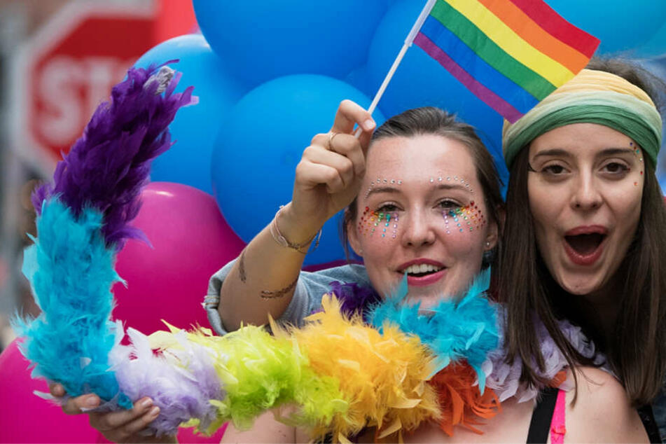 Die Regenbogenfahne ist das Symbol der LSBTIQ-Bewegung (Archivbild vom Christopher Street Day 2017 in Frankfurt).