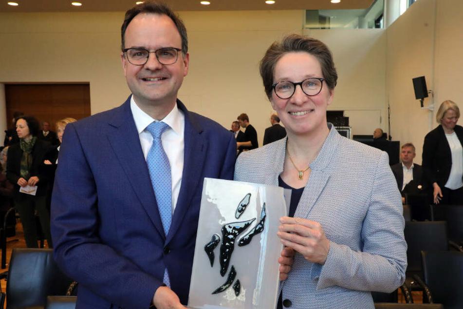 Friederike und Clemens Ladenburger halten den Bürgerpreis der deutschen Zeitungen in den Händen.